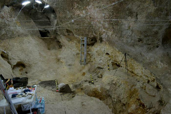 Jaskinia podczas prac, widać nieprzebadaną część pieca. Fot. M. Urbanowski
