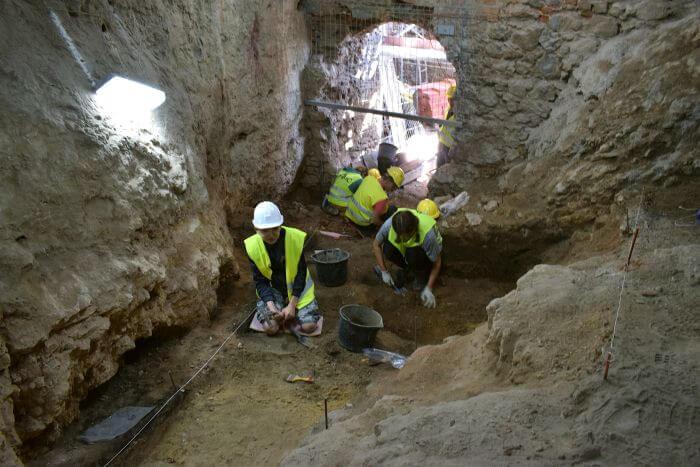 Prace w przedsionku jaskini. Fot. M. Urbanowski