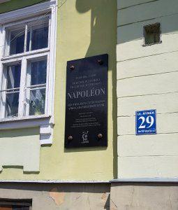 """Pułtusk - tablica upamniętniająca """"wizytę"""" Napoleona Bonaparte"""